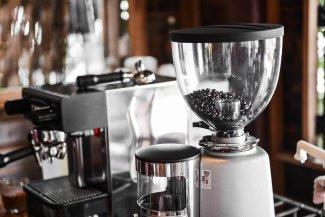 Elektrische Kaffeemühle mit Bohnen