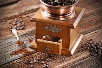 Hand-Kaffeemühle mit Bohnen
