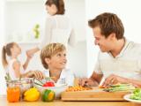 kochende Familie in Küche