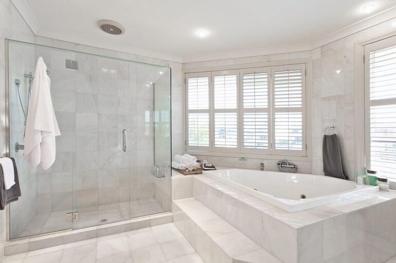Regionale Angebote für Badezimmer Fliesen erhalten | Aroundhome